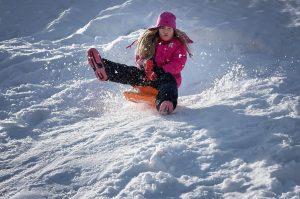 Eine Schneeballschlacht austragen, einen Hang hinunter rodeln, einen Schneeengel machen. Erlaubt ist, was Spaß macht!