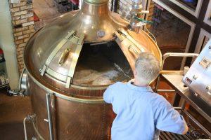 Ob auch Bierbrauer ein Handwerksberuf mit Zukunft ist? Vermutlich schon, interessant ist der Beruf für Bierfreunde bestimmt.