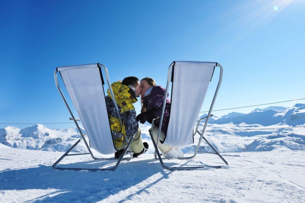 Perfekte Bedingungen für eine wunderbar natürliche Bräune! Blauer Himmel, Sonnenschein und ein Liegestuhl im Schnee.