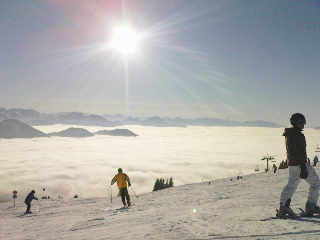 Ein häufiges Bild im Winter. Im Tal liegt der Nebel, oben scheint die Sonne. Perfekt, um sich eine natürliche Bräune zu holen!