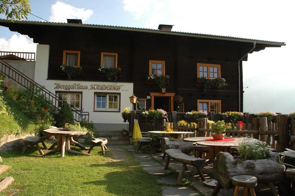 Das Kräuterwirtshaus Strumer Hof - oberhalb von Matrei in Osttirol.