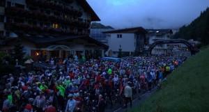 Es ist noch früh, beim Massenstart zum Ötztaler Radmarathon. (Foto: Ötztaler Radmarathon 2012)