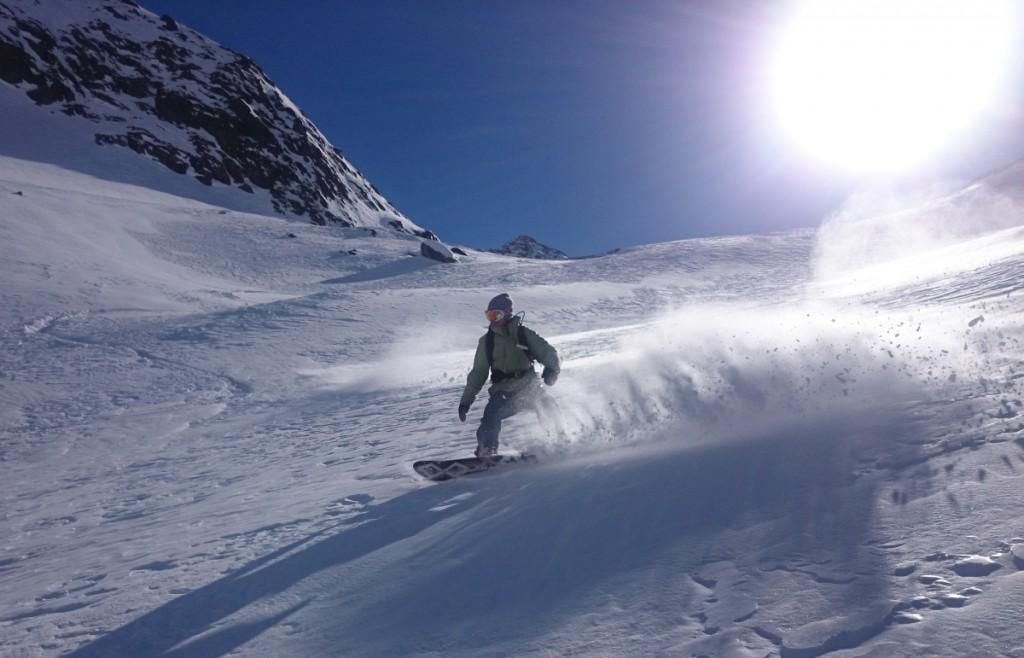 Snowboarden im frischen Pulverschnee, davon träumen viele Wintersportler.