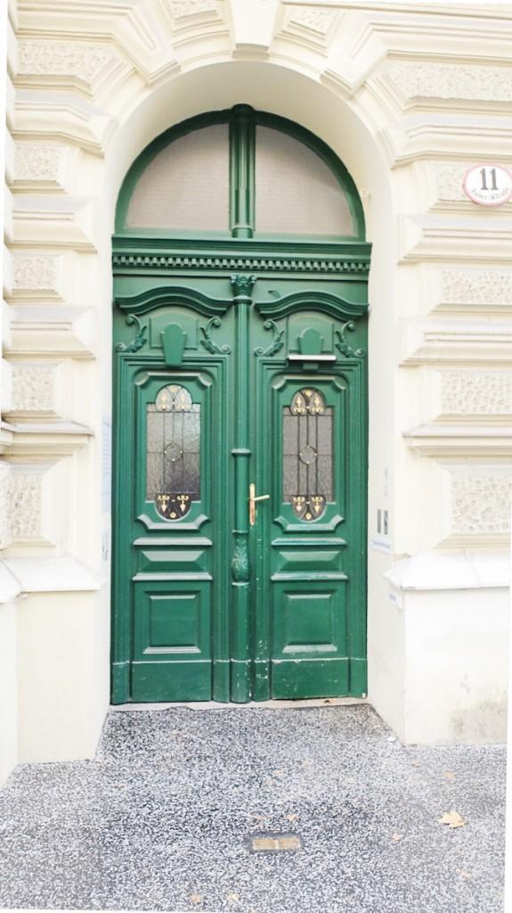 dunkelgrüne Tür des Magistrats Salzburg im Andräviertel