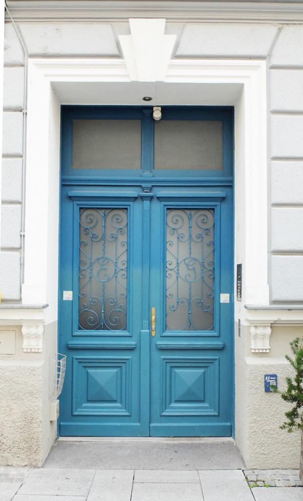 Dunkelblaue Tür an der oberen Wolf Dietrich Straße in Salzburg