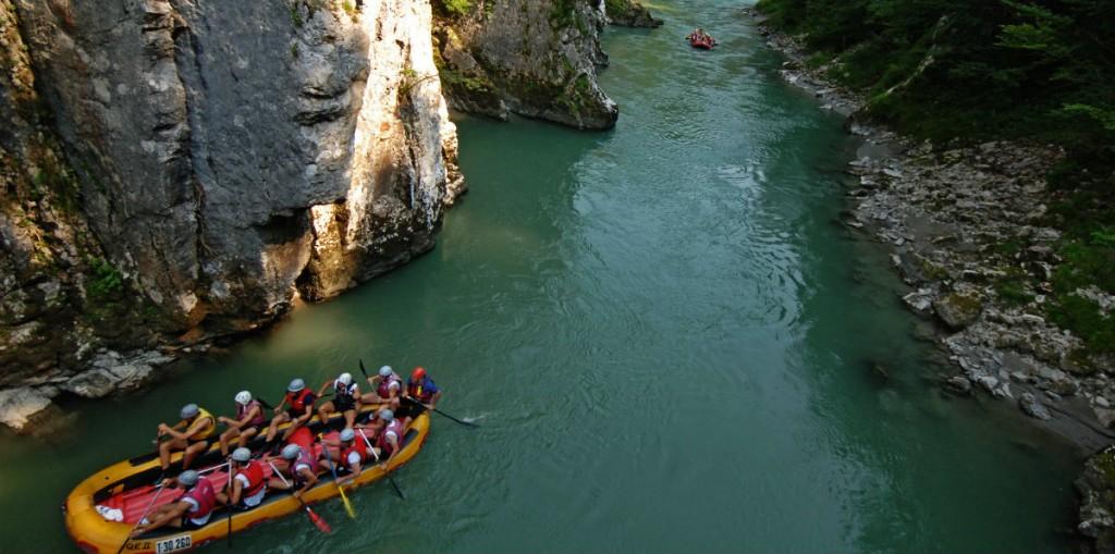 Das Erlebnis-Rafting auf der Tiroler Ache ist vor allem ein geselliges Vergnügen für Junggebliebene. (c) Bild: Adventure Club Kössen