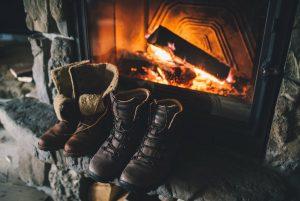 Das wärmende Kaminfeuer bietet die perfekte Kulisse für Verliebte und Romantiker.