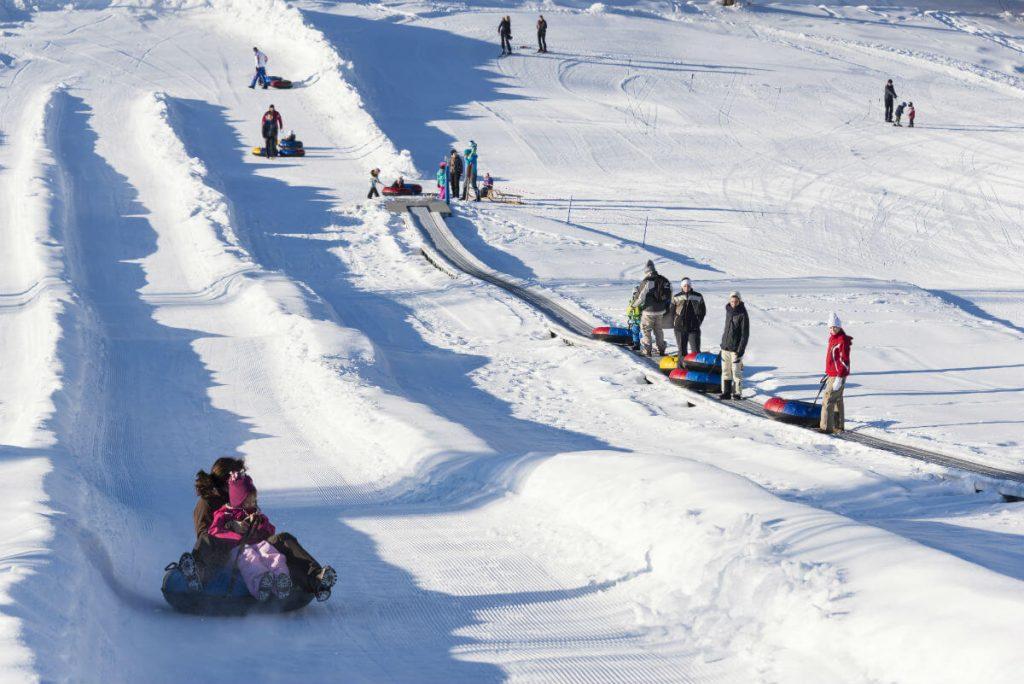 Winterspaß in Tirol: Snowtubing-Rennen und Rodelspaß im Peternhof